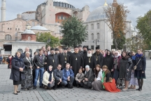 Группа паломников на фоне храма Софии в Константинополе
